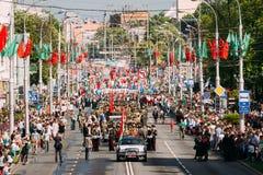 Procissão cerimonial da parada na rua decorada festiva Celebração Victory Day o 9 de maio Foto de Stock