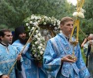 A procissão com o ícone da mãe de Tolga do deus no convento de Vvedensky Tolga Imagem de Stock
