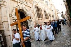 Procissão cristã em Jerusalem através de Dolorosa Imagem de Stock Royalty Free