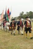 Procissão de bandeira regimental no 225th aniversário da vitória em Yorktown, um reenactment do cerco de Yorktown, onde gene Foto de Stock
