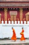 Procissão do alvorecer das monges que recebem alms Foto de Stock
