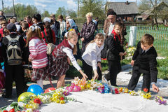 A procissão e a colocação das flores por alunos ao memorial de soldados caídos podem sobre 9 na região de Kaluga de Rússia Fotos de Stock