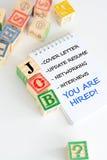 Procura de emprego com os cubos de madeira da letra Imagem de Stock