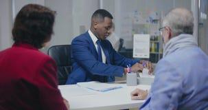 Procura masculina nova afro-americana do assistente do banco video estoque