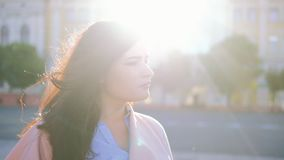 Procurando mulher perdida que olha em torno do sol urbano filme