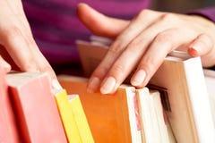 Procurando o livro necessário Foto de Stock Royalty Free