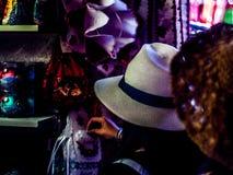 Procurando pela roupa no mercado central Salão do farelo vi de Budapest, explorador de saída de quadriculação do ¡ de Hungria Fer foto de stock