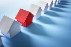 Procurando por bens imobiliários, por casa ou pela casa nova imagem de stock