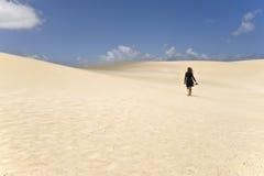 Procurando-se, entre as dunas Imagens de Stock Royalty Free