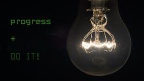 Procurando uma ideia nova e uma aplicação bem sucedida A lâmpada gerencie sobre na obscuridade vídeos de arquivo