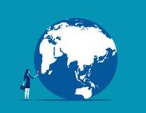procurarar Uma mulher de negócios que olha o globo com ampliação E ilustração stock