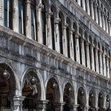 Procuratie Vecchie -在哥特式样式的大厦在圣指示正方形 免版税图库摄影
