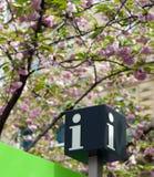Procure o sinal da informação do turista Imagens de Stock