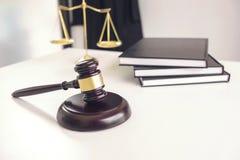 Procureurs` s kostuum, Wetsboeken, een hamer en schalen van rechtvaardigheid op w stock foto