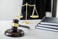 Procureurs` s kostuum, Wetsboeken, een hamer en schalen van rechtvaardigheid op w stock afbeelding
