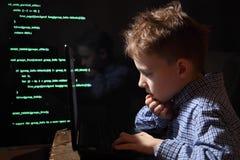 Prodígio novo da estudante - um hacker Hacker no trabalho imagens de stock royalty free