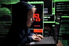 Prodígio novo da estudante - um hacker O estudante dotado participa no sistema bancário imagens de stock