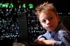 Prodígio novo da estudante - um hacker O estudante dotado participa no sistema bancário imagem de stock
