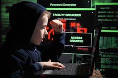Prodigio joven del colegial - pirata informático El estudiante dotado entra en el sistema bancario foto de archivo libre de regalías