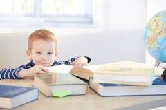 Prodigy de pequeño niño que aprende en el país la sonrisa Imágenes de archivo libres de regalías
