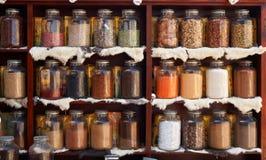 Prodotti alimentari naturali ed erbe mediche in vasi di vetro immagini stock