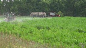 Prodotti chimici dello spruzzo del trattore per protezione dell'impianto del raccolto del mais dal parassita 4K dell'erbaccia video d archivio