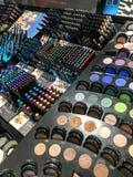 Prodotti cosmetici da vendere nell'esposizione del negozio di bellezza di modo Fotografia Stock
