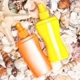 Prodotti cosmetici della protezione solare con le coperture e le stelle marine Immagine Stock Libera da Diritti