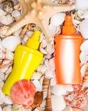 Prodotti cosmetici della protezione solare con varietà di coperture e di stelle marine Fotografia Stock