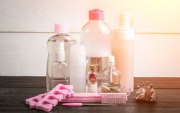 Prodotti cosmetici di bellezza della stazione termale su fondo di legno bianco e nero Copyspace Chiarore di Sun Fotografia Stock