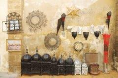 Prodotti decorativi domestici per vendita al mercato delle pulci marocchino fotografie stock