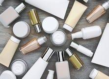 Prodotti dei cosmetici situati sui precedenti di legno Fotografia Stock Libera da Diritti