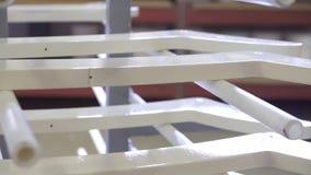 Prodotti del legno dipinti dalla fabbrica di legno della mobilia video d archivio