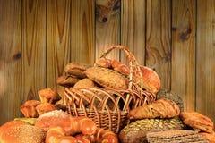 Prodotti del pane sulla parete di legno del fondo Immagine tonificata Fotografia Stock Libera da Diritti