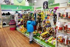 Prodotti dell'animale domestico in un supermercato dell'animale domestico Fotografie Stock Libere da Diritti