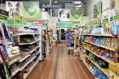 Prodotti dell'animale domestico in un supermercato dell'animale domestico Immagine Stock