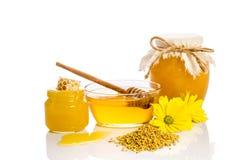Prodotti dell'ape: miele, polline, favo su fondo bianco Fotografia Stock