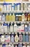 Prodotti dell'estetica e dello sciampo sulle mensole Fotografie Stock