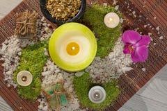 Prodotti della natura della stazione termale Sale marino, camomilla, sapone ed olio aromatico Immagini Stock Libere da Diritti