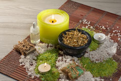Prodotti della natura della stazione termale Sale marino, camomilla, sapone ed olio aromatico Immagine Stock