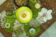 Prodotti della natura della stazione termale Sale marino, camomilla, sapone ed olio aromatico Fotografie Stock