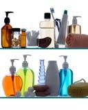 Prodotti della stanza da bagno sulle mensole Fotografia Stock Libera da Diritti