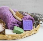 Prodotti della stazione termale con gli asciugamani, sapone della lavanda Fotografie Stock