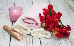Prodotti della stazione termale con i fiori di alstroemeria Immagine Stock