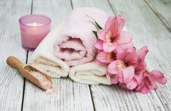 Prodotti della stazione termale con i fiori di alstroemeria Fotografie Stock