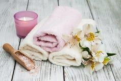 Prodotti della stazione termale con i fiori di alstroemeria Fotografia Stock Libera da Diritti