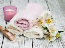 Prodotti della stazione termale con i fiori di alstroemeria Fotografia Stock