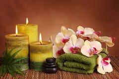 Prodotti della stazione termale con le candele verdi Immagini Stock