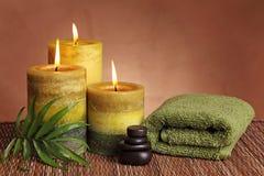Prodotti della stazione termale con le candele verdi Immagini Stock Libere da Diritti