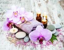 Prodotti della stazione termale con le orchidee Fotografia Stock